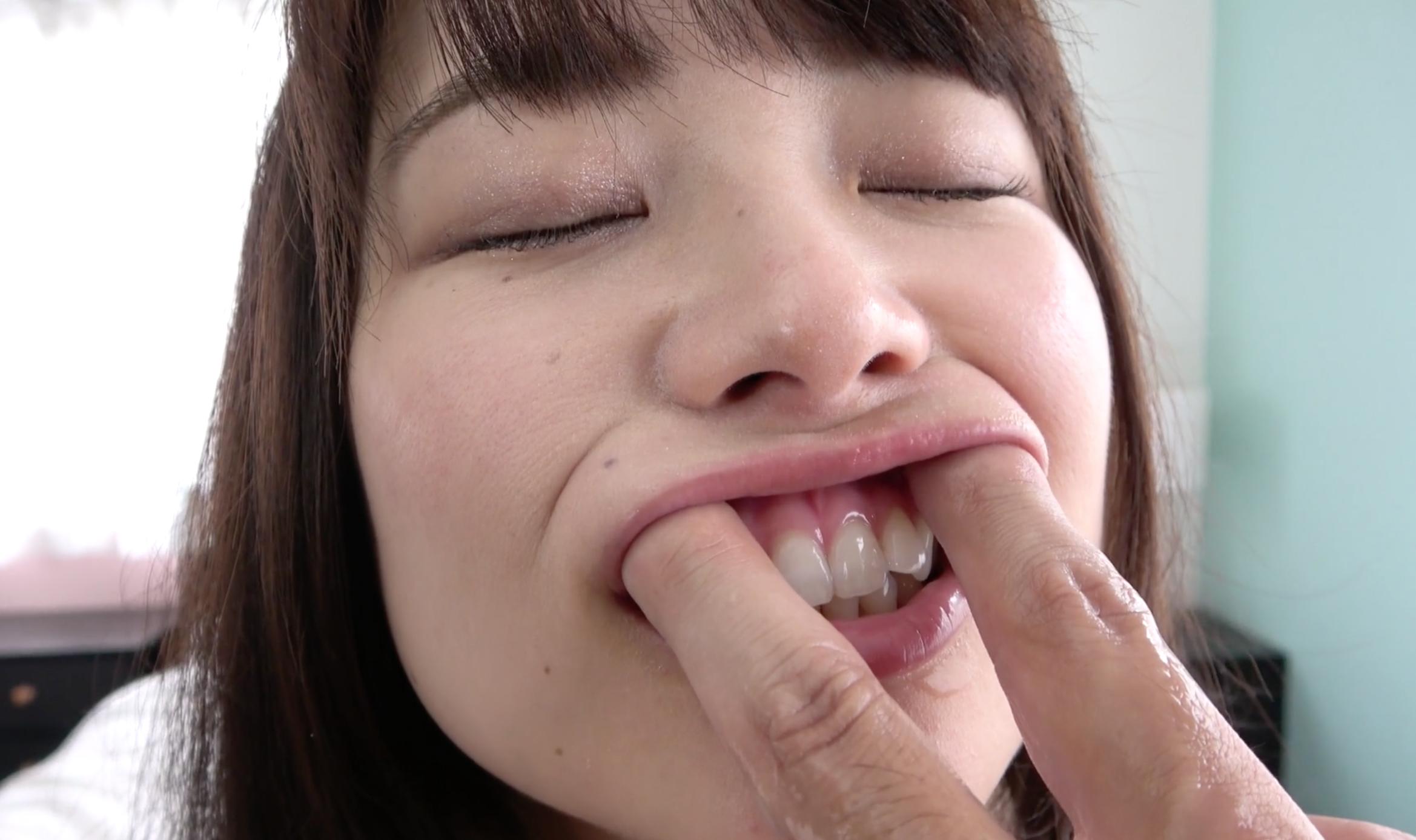【指フェラ&脇観察】大人気女優 宮沢ちはるチャンの脇観察&指フェラ!